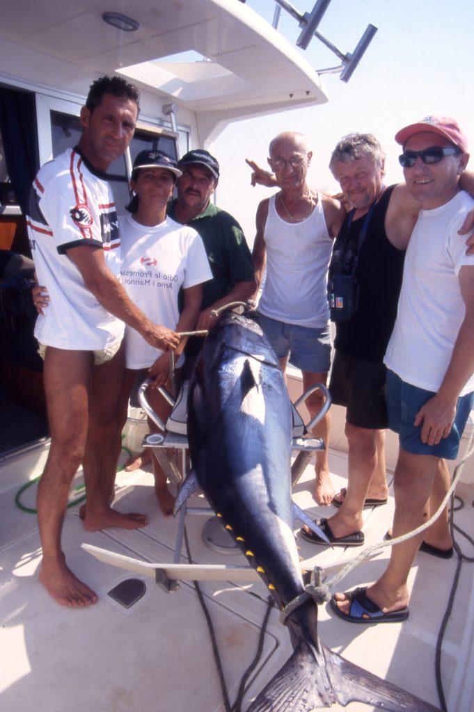 un tonno catturato da un gruppo di amici
