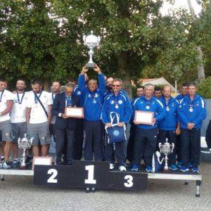 Marco Meloni alza al cielo la coppa di Campione d'Europa 2017