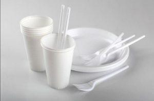 piatti-e-bicchieri-di-plastica