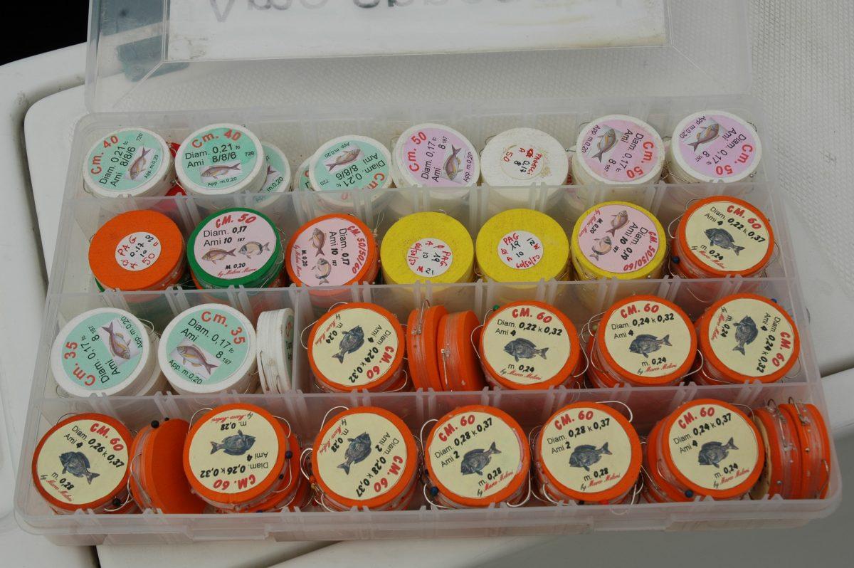 Nella foto le classiche ruzzole colorate in sughero sintetico per sistemare correttamente un terminale da bolentino
