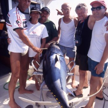 un tonno catturato da un gruppo di amici  e la foto con due accompagnatori