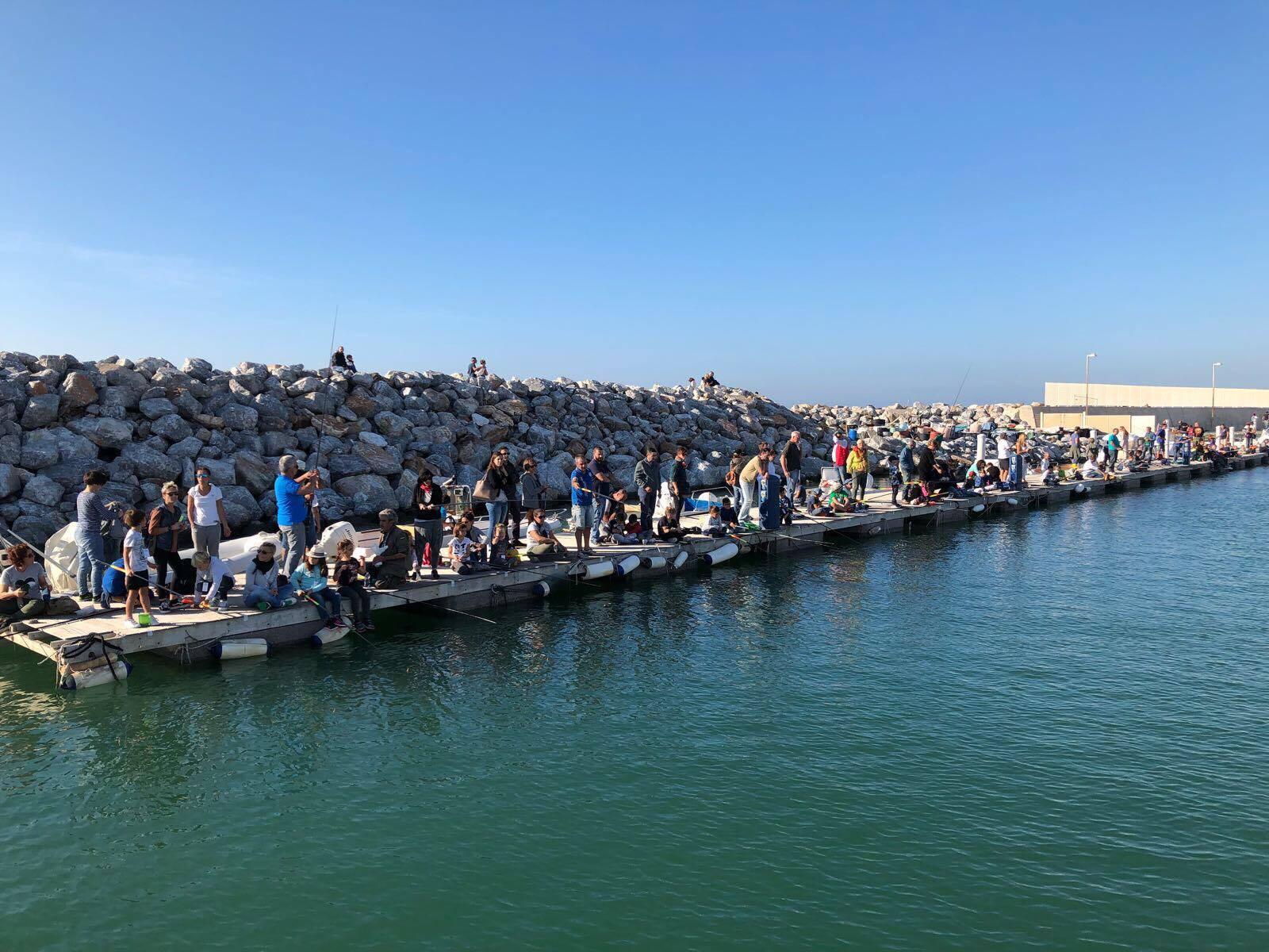 Il ritrovo in pesca sul pontile galleggainte del Porto Turistico di Salivoli