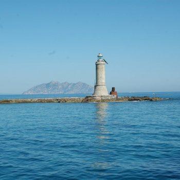 Lo scoglio d'africa sullo sfondo l'isola di Montecristo