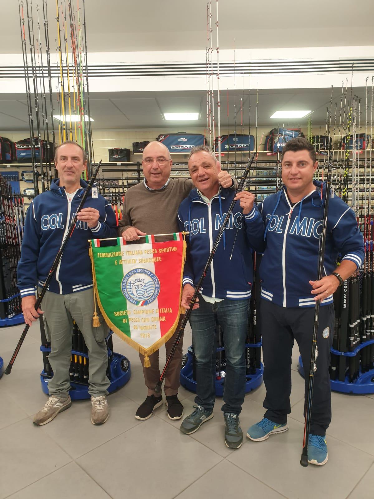 Patron Collini Andrea con la squadra Campione d'Italia 2019 Cabnna da natante OLTRARNO COLMIC Meloni/Plazzi/salvatori